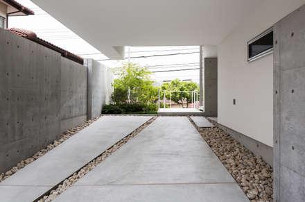 The House supplies a monotonous street with a passing view: Kenji Yanagawa Architect and Associatesが手掛けたガレージです。