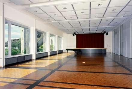 Kirchgemeindehaus Küsnacht: klassischer Multimedia-Raum von HPP Architekten GmbH