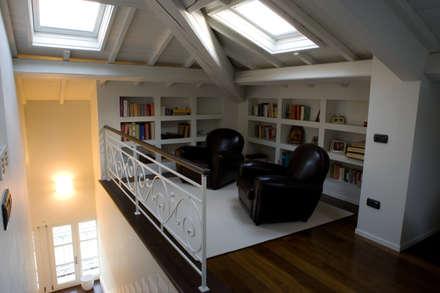 angolo studio di mansarda: Studio in stile in stile Classico di archbcstudio