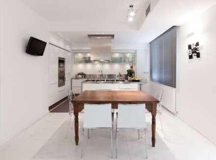 PASSIONE PER IL BIANCO: Cucina in stile in stile Minimalista di StudioG