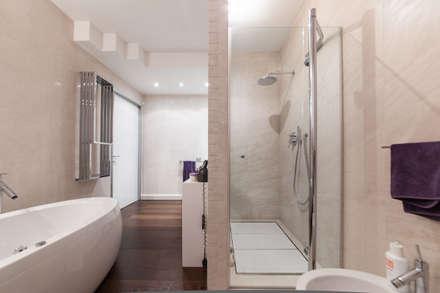 PASSIONE PER IL BIANCO: Bagno in stile in stile Minimalista di StudioG