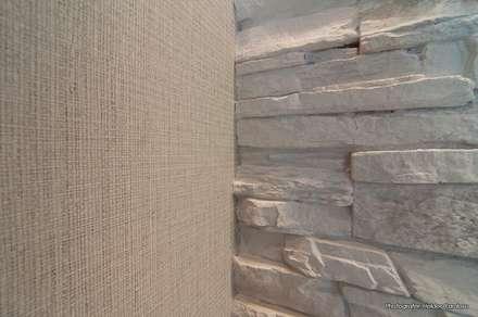 Conjugação de papel e de revestimento de parede: Salas de estar modernas por Stoc Casa Interiores