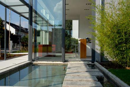 Haus der Architektur : minimalistischer Pool von Herzog-Architektur