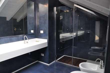 Ristrutturazione ed interior design sottotetto: Bagno in stile in stile Moderno di F_Studio+ dell'Arch. Davide Friso