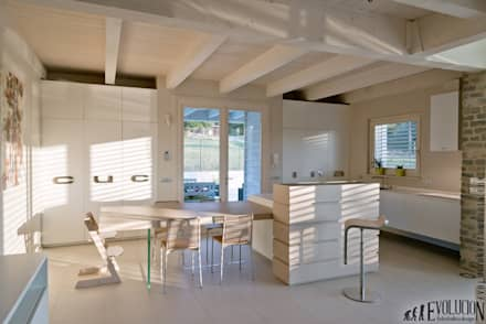 Luce Pietra Acqua: Sala da pranzo in stile in stile Moderno di studio aica progetti