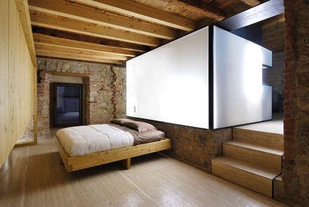 e+m 53: Camera da letto in stile in stile Moderno di estudoquarto