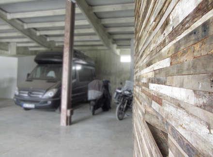 HANG#J : Garage/Rimessa in stile in stile Industriale di Margarete (Architetti Anselmi S. e Crucianelli E.)