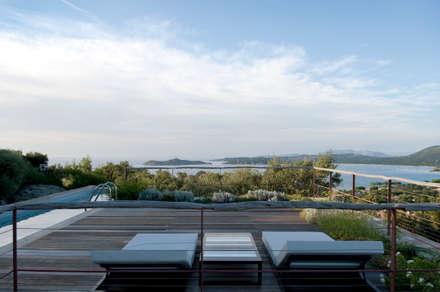 plage vers la mer: Piscine de style de style Méditerranéen par Vezzoni Associés