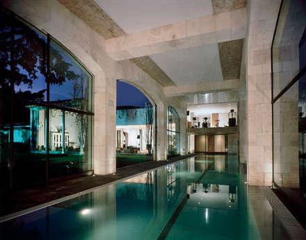 Piscinas de estilo ecléctico por JR Arquitectos