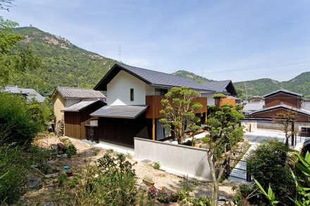 古き良き村集落に溶け込む住宅: 株式会社古田建築設計事務所が手掛けた家です。