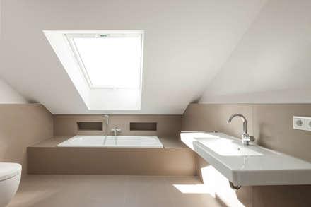 Bad im Dachgeschoss: moderne Badezimmer von in_design architektur