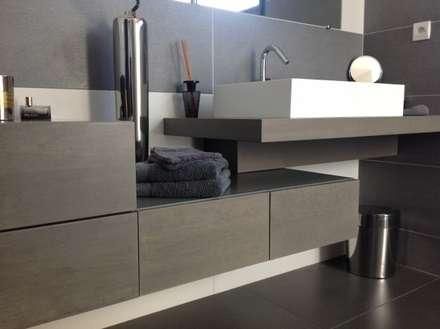 Salle de bain en chêne teinté gris: Salle de bain de style de style Minimaliste par Myriam Galibert Amenagement