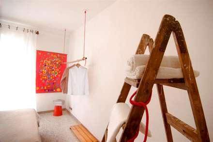 Upcycling life - air bb: Camera da letto in stile in stile Eclettico di FattoreQ fabbrica