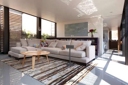 Casa PN: Salas de estilo moderno por ZD+A