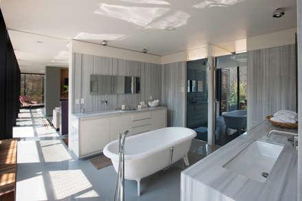 Casa PN: Baños de estilo  por ZD+A