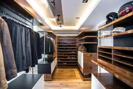 eclectic Dressing room by Sobrado + Ugalde Arquitectos