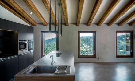 Villa CP: Cocinas integrales de estilo  de ZEST Architecture