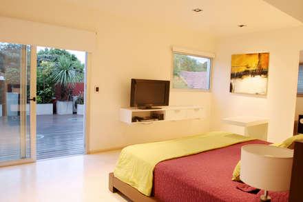 CASA RC: Dormitorios de estilo moderno por ESTUDIO GEYA