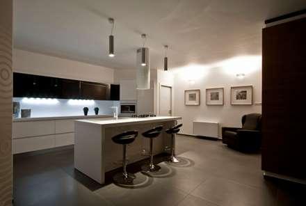 Casa L: Cucina in stile in stile Moderno di Laboratorio di Progettazione Claudio Criscione Design