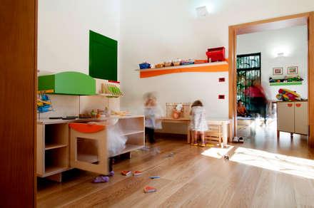 vista interna: Stanza dei bambini in stile in stile Minimalista di Studio Associato 3813