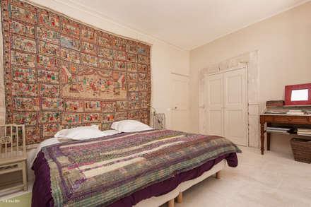 Une maison de village pas comme les autres: Chambre de style de style Rustique par Pixcity, Agence de photographie