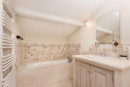 Baños de estilo rústico por Pixcity, Agence de photographie