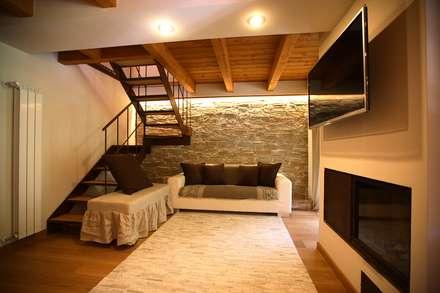 casa in montagna: Soggiorno in stile in stile Rustico di studio di architettura e design seregno