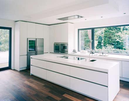 Villa in Berlin - Dahlem: moderne Küche von C95 ARCHITEKTEN