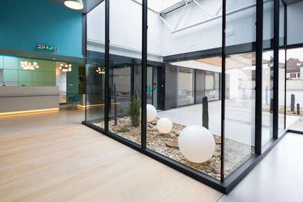 Edificios de oficinas de estilo  por Agence d'architecture intérieure Laurence Faure