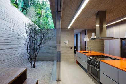 Paraty House: Cozinhas modernas por Studio MK27