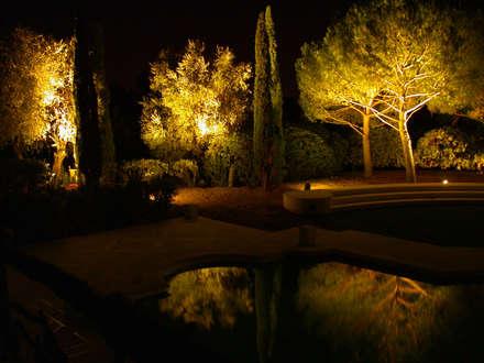 Villa Privata Costa Azzurra: Giardino in stile in stile Classico di Cannata&Partners Lighting Design