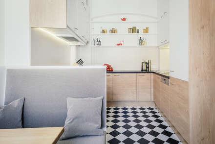 kleine Küche: moderne Küche von raumdeuter GbR