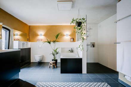 Bad als Wellnessbereich: moderne Badezimmer von raumdeuter GbR