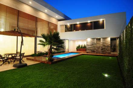 Casa EV: Casas de estilo moderno por ze|arquitectura