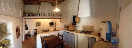 Reforma y ampliación de Casa Payesa en Ibiza: Cocinas de estilo rústico de Ivan Torres Architects