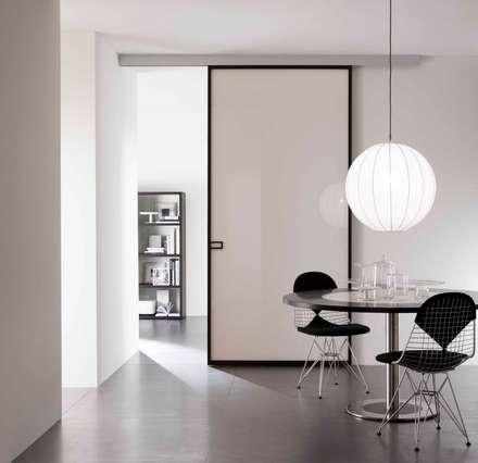 Less pannello scorrevole: Cucina in stile in stile Moderno di MOVI ITALIA SRL