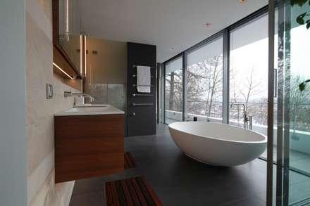 Anwesen in Freising: moderne Badezimmer von Herzog-Architektur