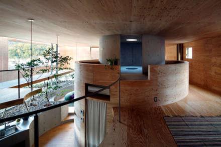 Pit house: UIDが手掛けた玄関/廊下/階段です。