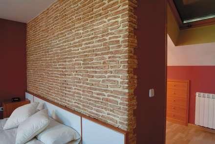 Revestimientos Rústicos: Dormitorios de estilo rústico de Pinturas oliváN