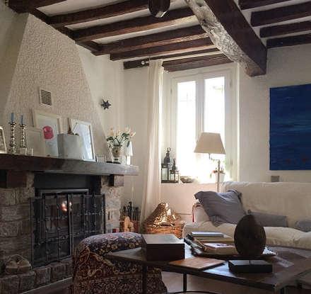 Soggiorno con camino: Soggiorno in stile In stile Country di Arch. Silvana Citterio