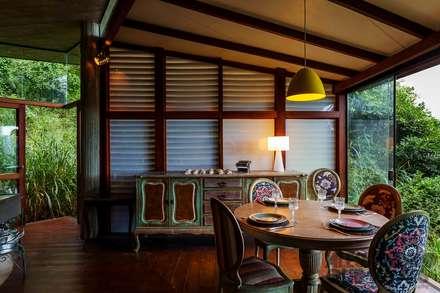 Casa da Floresta: Salas de jantar campestres por Ferraro Habitat