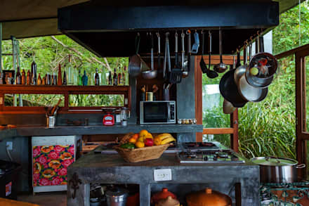 Casa da Floresta: Cozinhas campestres por Ferraro Habitat