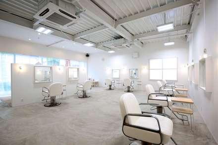 YARD. (美容室): ニュートラル建築設計事務所が手掛けた壁・フローリングです。
