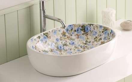Lavabos de porcelana sobre encimera decorados de Bathco: Baños de estilo rural de Sánchez Plá