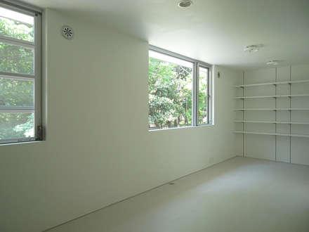 個室: 小田宗治建築設計事務所が手掛けた寝室です。