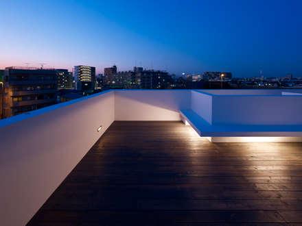 青戸の住宅: ハイランドデザイン一級建築士事務所が手掛けたベランダです。