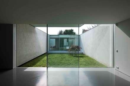 Casa Ricardo Pinto: Janelas   por CORREIA/RAGAZZI ARQUITECTOS