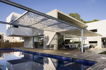 Casa D&E: Piscinas de estilo mediterráneo de sanahuja&partners