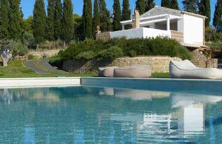 Giardini di campagna: Piscina in stile in stile Moderno di Lucio Piunti