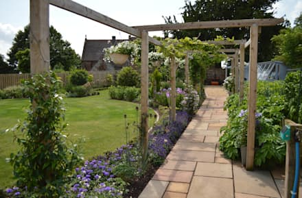 Traditional Garden: country Garden by Unique Landscapes